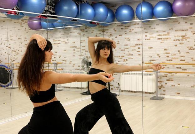 Sarai está ahora dando clases en el lugar en el que empezó su sueño y su profesión como bailarina, en Pausok. / FLOREN PORTU