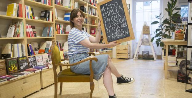 Ylenia Benito en Brontë Liburu-denda, con el mensaje que lanza para el Día del Libro atrasado. / F. DE LA HERA