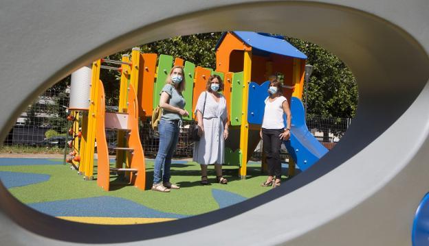 La delegada de Obras, Cristina Laborda, junto a las responsables de la mejora del parque de El Pinar. / F. DE LA HERA