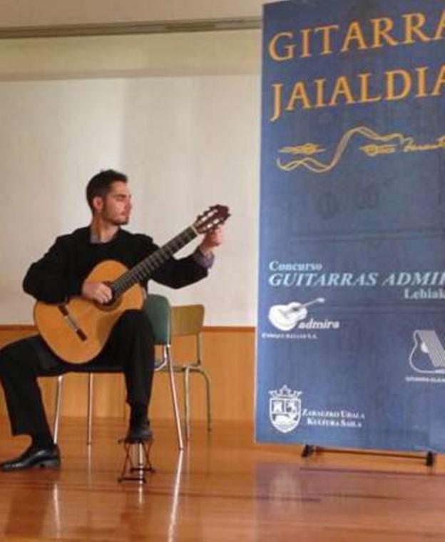 El guitarrista Unai Insausti, durante una actuación en Zarauz. /