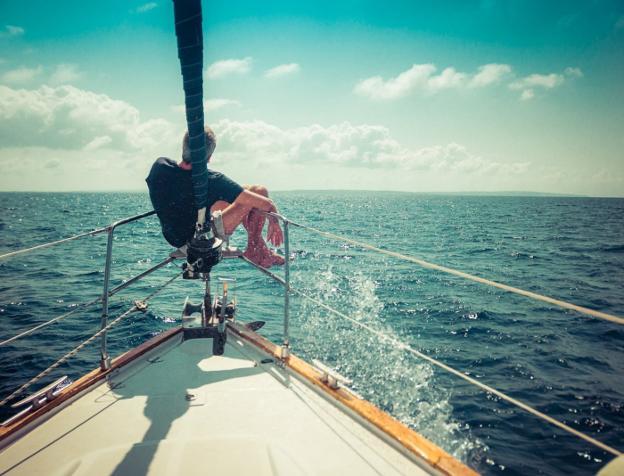 Xabi disfrutando de la mar y el sol en su Olatua, el hotel de mil estrellas en el que navega desde hace una década. /