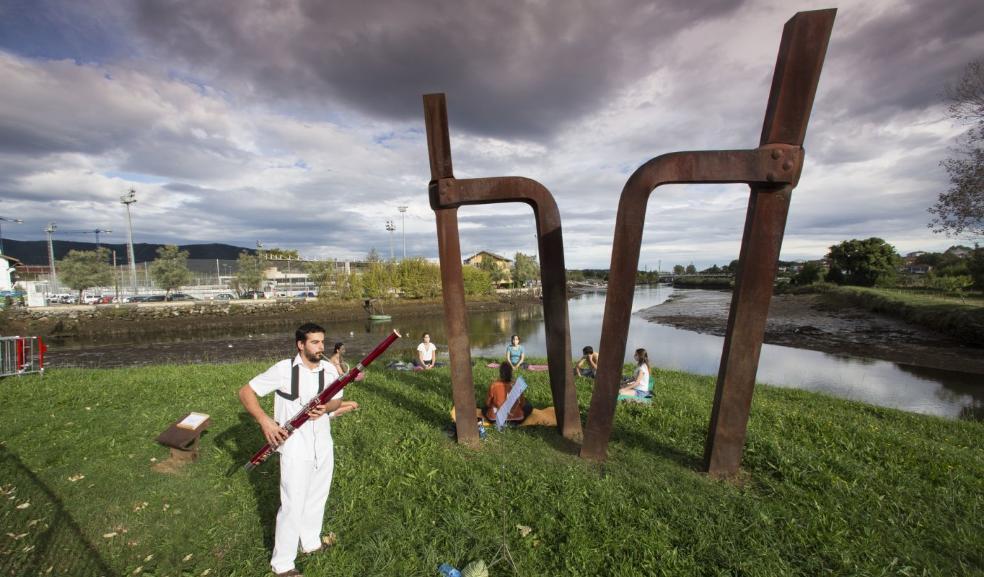 Fagot y rumor de río para la meditación en grupo que en un paraje idílico abrió la jornada de Ribera. / FOTOS: F. DE LA HERA