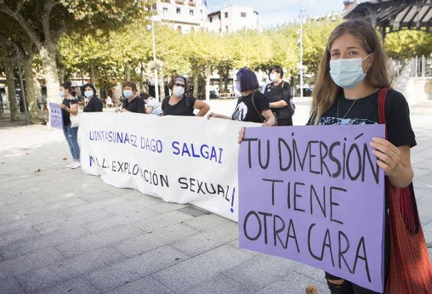 Concentración celebrada ayer en el Ensanche por representantes de asociaciones de mujeres. / F. DE LA HERA
