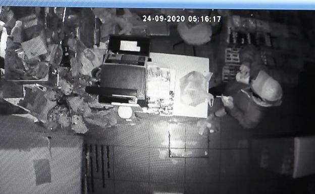 La cámara de seguridad muestra al ladrón bebiéndose una cerveza.