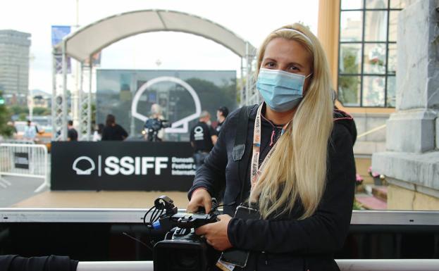 Elisabeth preparada en el hotel María Cristina para la llegada del actor Javier Cámara