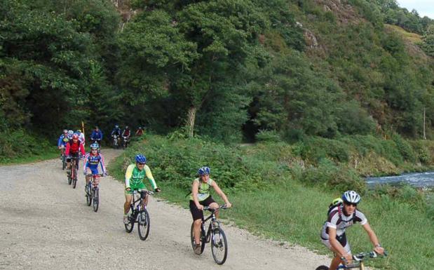 Ciclistas por la Vía Verde del Bidasoa que sí está abierta. / A.D.C.