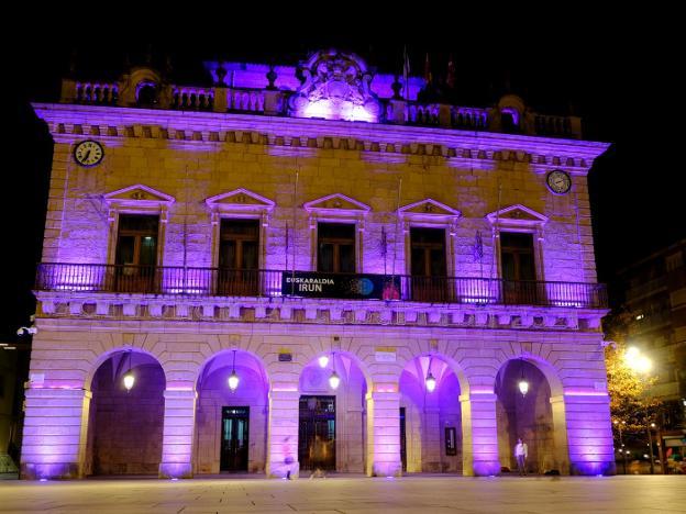 Anoche el ayuntamiento se iluminó en morado y hoy lo volverá a hacer. / F. DE LA HERA
