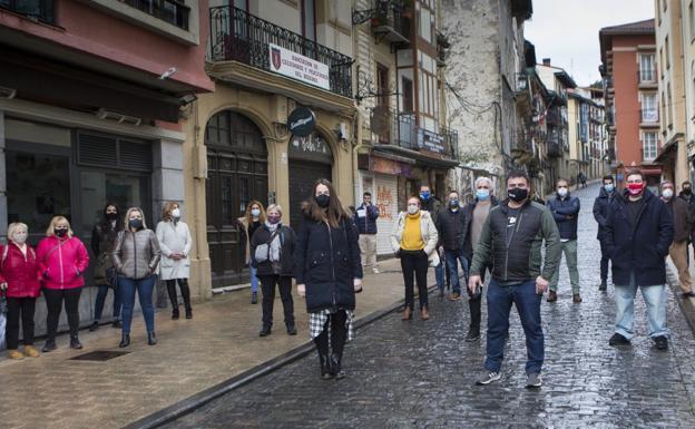 Representantes de los establecimientos hosteleros de Irun dieron a conocer su nueva asociación en la calle Mayor. / F. DE LA HERA