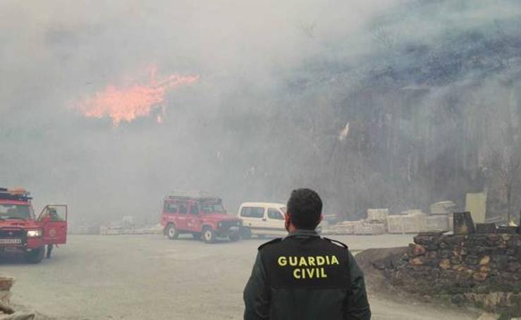 Los bomberos intentan sofocar el incendio de Bera