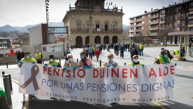 Los pensionistas respetaron las distancias durante su recorrido. / F. DE LA HERA