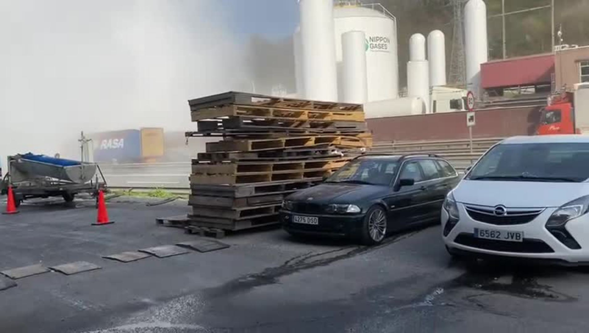 Espectacular fuga de gas en la fábrica de oxígenos de Olaberria