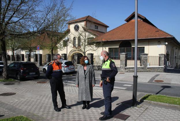 Emilio San Juan, Cristina Laborda y Juanjo Aizpiolea, delante de las dependencias de la Policía Local. / F. DE LA HERA