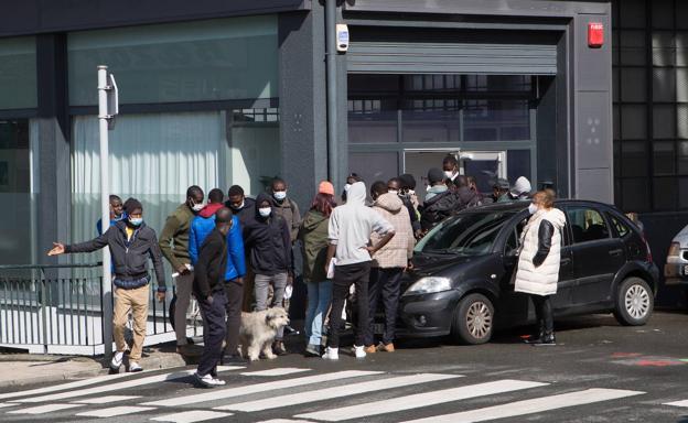 Varios migrantes frente al centro de acogida de Irun, en una foto del 12 de marzo./F. DE LA HERA