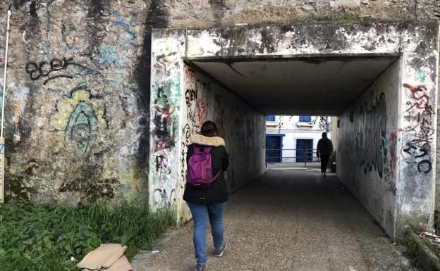 Imagen del muro actual que separa la calle Andrearriaga de la avenida de Elizatxo, en Ventas. / F. DE LA HERA