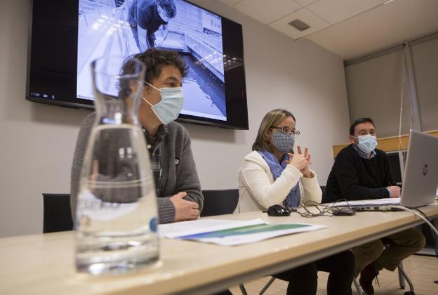 Josean Rodrigo, Leire Zubitur y Valentín González, durante la presentación de la memoria. / F. DE LA HERA