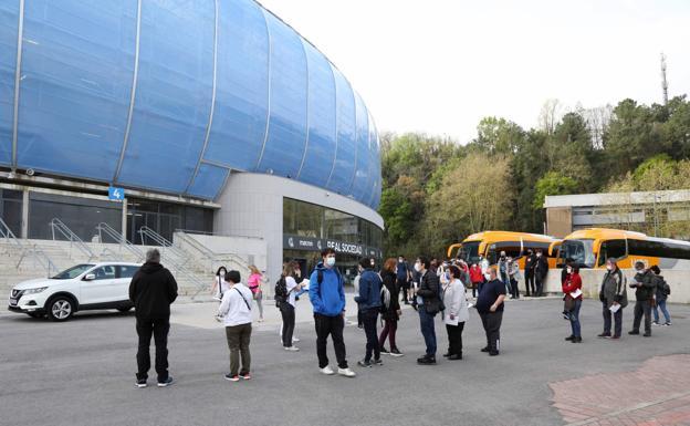 400 trabajadores y usuarios de centros ocupacionales han inaugurado el 'vacunódromo' del Reale Arena