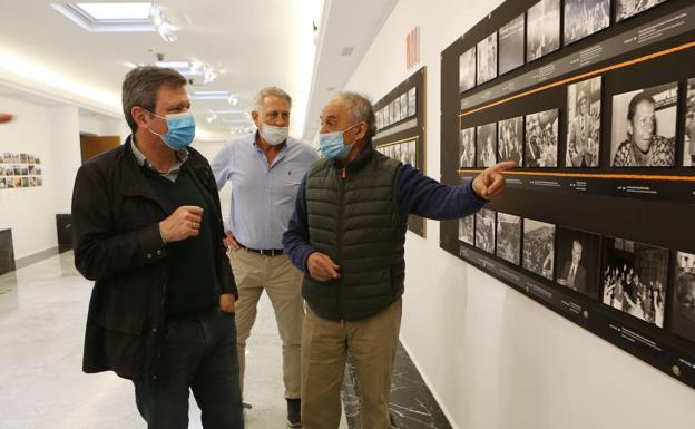 Fernando Postigo comenta una de sus fotografías expuestas en la galería del Amaia con el alcalde de Irun, José Antonio Santano/. F. de la hera