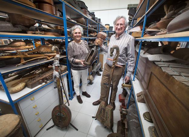 Lourdes y Kote tienen un tesoro en forma de colección de instrumentos no convencionales traídos de casi cada rincón del mundo. / F. DE LA HERA