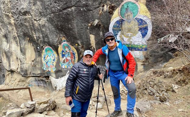 Juanito Oyarzabal y Sebastián Álvaro, en Katmandú.