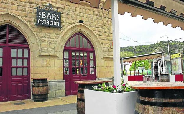 Exterior del acogedor Bar La Estación y algunas de sus ricas creaciones.