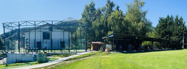 La pista de pádel se encuentra en la trasera del hotel Soraluze, junto a la zona de prácticas del campo de golf de pitch & putt Irelore, que el año que viene cumplirá dos décadas. / MARIAN