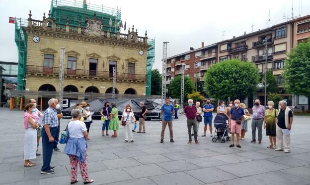 Representantes de la AVV y vecinos de la zona se concentraron ayer en la plaza San Juan. / F. DE LA HERA