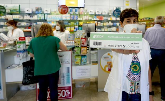 En la farmacia Gastelurrutia, en el barrio donostiarra de Larratxo, dispensan los test de antígenos desde su puesta a la venta en julio. / ARIZMENDI