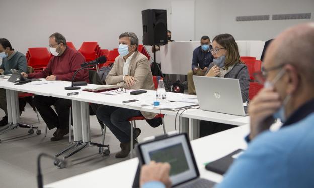 Txomin Sagarzazu, José Antonio Santano y Leire Zubitur en la asamblea celebrada en Palmera Montero. / F. DE LA HERA