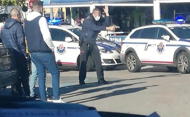 Momento de la detención de los atacantes en Behobia, con un ertzaina empuñando su arma. /