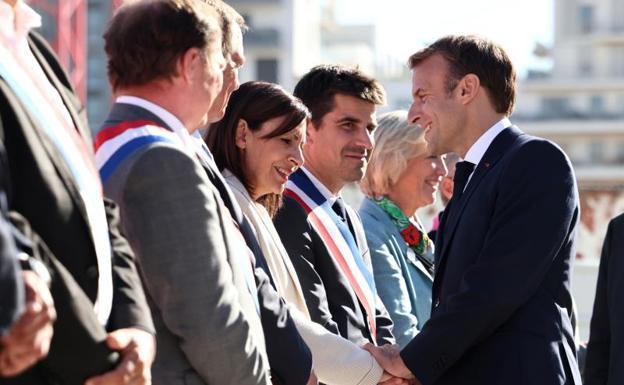 Anne Hidalgo greets Enmanuel Macron, President of France