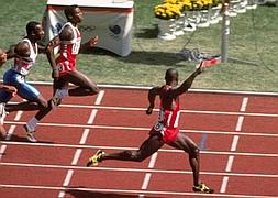 Ben Johnson supera a Carl Lewis y Linford Christie en Seúl 1988. / AFP/