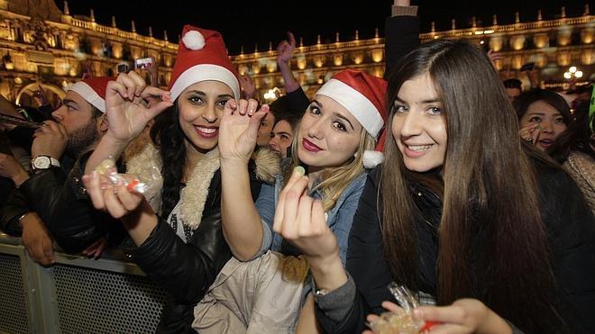 Miles de jóvenes llenan Salamanca en la tradicional Nochevieja Universitaria