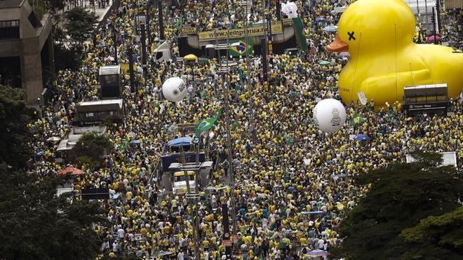 Miles de brasileños salen a las calles para pedir la destitución de Rousseff