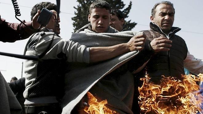 Dos refugiados se queman a lo bonzo en Idomeni