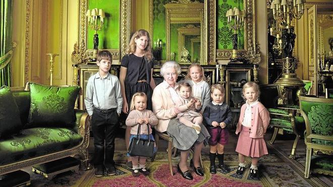 Isabel II se rodea de los pequeños de la casa Windsor en su 90 cumpleaños