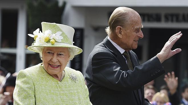 Subastada por casi 18.000 euros una carta de amor de Isabel II de 1947
