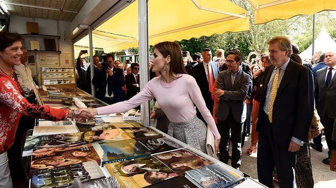 La Reina hace sus compras en la Feria del Libro de Madrid