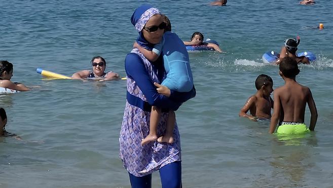 Una treintena de municipios mantiene en Francia su veto al burkini
