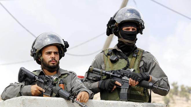 Muere un joven palestino por disparos de soldados israelíes en una redada en Hebrón
