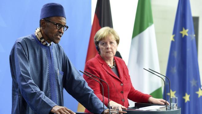 El presidente de Nigeria afirma, ante Merkel, que el lugar de su mujer está «en la cocina»