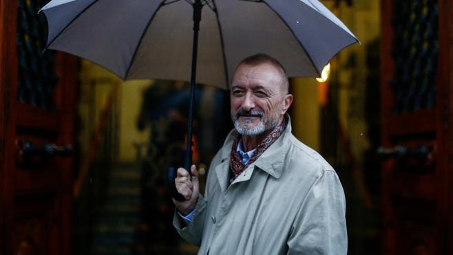 Arturo Pérez-Reverte les presenta a Lorenzo Falcó, un canalla seductor