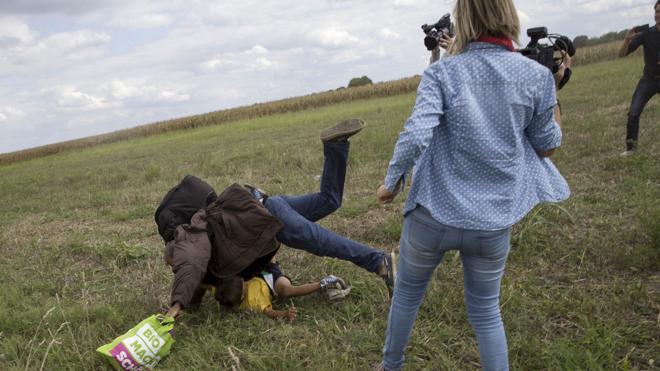 Libertad condicional para la reportera que puso la zancadilla a unos refugiados en la frontera