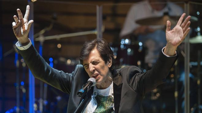 Miguel Ríos, Ana Belén y Los Secretos homenajean en concierto a Manolo Tena