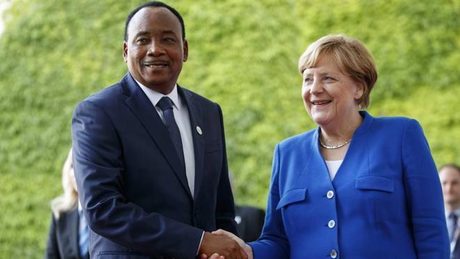 Merkel insta a la comunidad internacional a invertir más y vender más armas a África