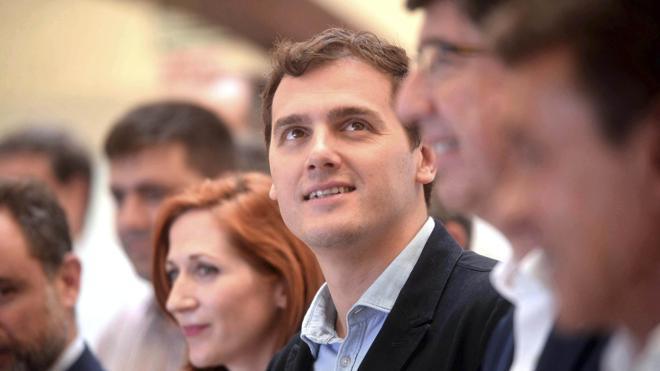 Rivera reitera a Sánchez que no pactará con Podemos para desbancar al PP del Gobierno