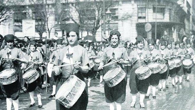 Del mito de la fuente a la izada, las mujeres en la Tamborrada