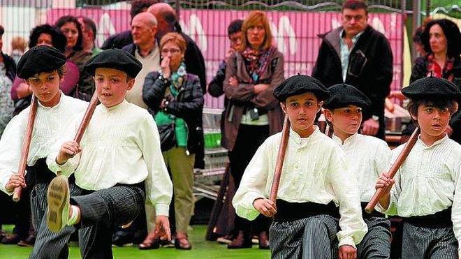 Los 500 niños del Dantzari Txiki Eguna bailaron bajo la lluvia
