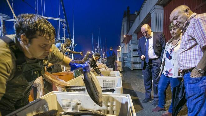 Los arrantzales denuncian que está entrando «mucho pescado de fuera»