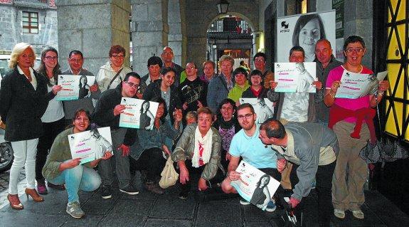 La gran familia atzegizale azpeitiarra posó tras la presentación de la  campaña. 4c5759a916d94