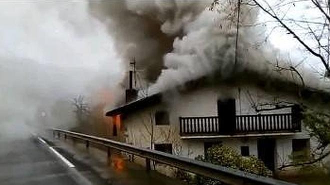 Un incendio daña la tercera planta de un caserío de Irun